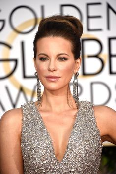 Pin for Later: 59 Stunning Beauty Looks From Last Year's Golden Globes Kate Beckinsale With shimmery gold shadow, glossy lips, and an extra dose of highlighter, Kate sparkled on the red carpet.