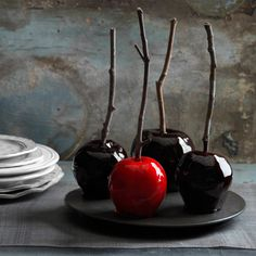 Decadently Dark Candy Apples The magic ingredients for these bewitching apples? A deep crimson variety like Red Delicious, a few drops of food coloring—plus a dash of spicy cinnamon. Read more: Halloween Sweets and Treats Recipes - Halloween Party Swe Décoration Table Halloween, Creepy Halloween Party, Halloween Sweets, Halloween Goodies, Halloween Cupcakes, Holidays Halloween, Happy Halloween, Halloween Apples, Homemade Halloween