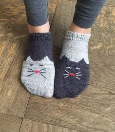 These are two-toned, toe-up ankle socks with a kitty on the toe and foot. They feature a simple short-row heel. #FreePatteren