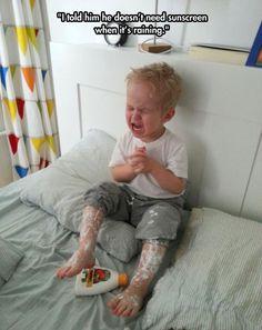¿Porqué mi bebé llora? funny-toddler-crying-bed-sunscreen