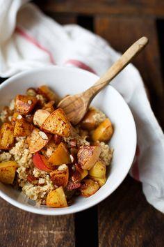 Einfaches Apfel-Zimt-Porridge mit Hirse aus 7 Zutaten! Gesund, wohlig warm und vollgepackt mit Apfelstückchen, Zimt, Hirse, Mandeln und Ahornsirup. Schmeckt allen!