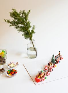 Make candy trains for Christmas! It's a super fun kid craft idea for the holidays! They make super cute decorations too!