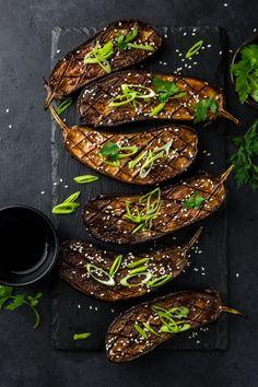 Cuisiner l'aubergine : 5 recettes faciles avec de l'aubergine, comme cette recette asiatique d'aubergines laquées au miso, un délice ! /// #aufeminin #aubergine #miso #légume #four #laqué #asiatique #recette #facile #rapide #vegan