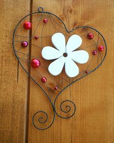 Závěsná dekorace srdce Závěs je vyrobený z černého žíhaného drátu a ozdoben červenými perličkami a bílou dřevěnou květinou. Šířka 14cm, výška 17cm. Barvu perliček lze upravit dle přání zákazníka.
