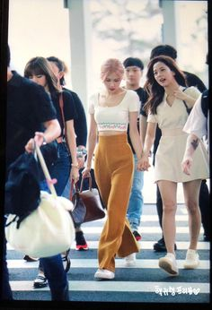 Go to Hawaii Korean Airport Fashion, Korean Girl Fashion, Blackpink Fashion, Korea Fashion, Asian Fashion, Blackpink Outfits, Korean Outfits, Casual Outfits, Fashion Outfits