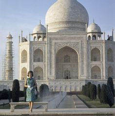 Jacqueline Kennedy at the Taj Mahal on her trip to India and Pakistan, this week in 1962. via @JFK Library pic.twitter.com/VmNyfxrf3f