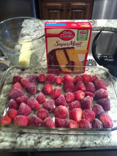 strawberry dump cake - only 3 ingredients 1 Box of Yellow Cake Mix Frozen Strawberries -(slightly thawed) 1 Stick of Butter OR 1 can of Diet Directions: Preheat 350 Soften butter. Mix the dry cake mix with the butter. (Or pour about o. Dump Cake Recipes, Dessert Recipes, 3 Ingredient Cakes, Dump Meals, Cupcakes, How Sweet Eats, Easy Desserts, Eat Cake, Sweet Recipes