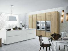 Eichenholz Küchenmodule und weiße Hochglanz-Kochinsel
