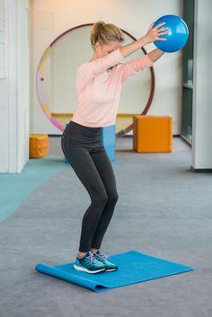 Prekladaním loptičky z ruky do ruky poza chrbát si posilníte chrbtové svalstvo. Zistite ako na to na www.humanapredeti.sk.