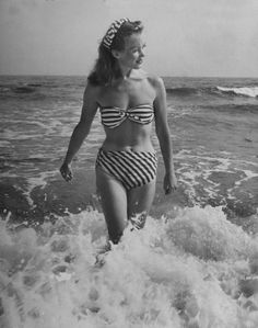 French Actress Barbara Laage wearing makeshift two-piece bathing suit she had cut from one yard of cloth, By Nina Leen, Life Magazine 1946 This shot is way before the supposed birth of the Bikini in Vogue Vintage, Vintage Fashion, 1950s Fashion, Retro Vintage, Vintage Travel, Dany Robin, Vintage Swimsuits, Vintage Hawaii, Swimwear