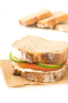 This simple hummus sandwich is ready in less than 5 minutes and is a super healthy option, especially if you u Vegan Breakfast Recipes, Delicious Vegan Recipes, Vegan Snacks, Vegan Food, Healthy Recipes, Hummus Sandwich, Cold Sandwiches, Vegan Sandwiches, Healthy Afternoon Snacks
