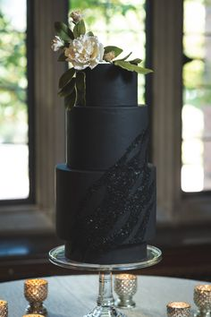 Inspired by a modern Gatsby soiree! Three tired black cake with black sequins and white flowers! Perfect for a modern and simple wedding cake! Black And White Wedding Cake, Black Wedding Cakes, Modern Wedding Cakes, Black Weddings, Gatsby, Painted Wedding Cake, Modern Cakes, Fresh Flower Cake, Sequin Wedding
