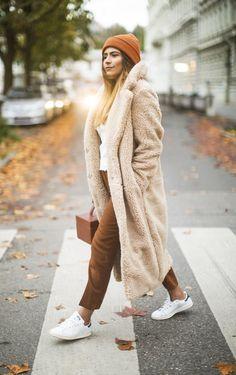 Gibt es etwas gemütlicheres als einen Teddy-Coat? Wohl kaum. Diese kuscheligen Mäntel sehen nicht nur super aus, sondern halten auch unglaublich warm. beige / Teddy / weiß / Sneakers / streetstyle / Herbstmode / autumn fashion / Mantel / Jacke / fake fur | Stylefeed