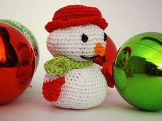 Come fare simpatici pupazzi di neve amigurumi per le decorazione di Natale all'uncinetto. Schema e foto per realizzare il pupazzo di neve all'uncinetto
