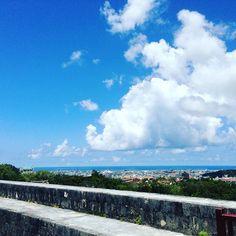 【ika0310】さんのInstagramをピンしています。 《#沖縄#首里城 #海 #空 #雲 #気持ちいい #ぼーっと》