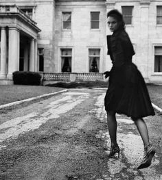 The great escape. Rain Pictures, All Black Everything, White Collar, City Style, Style Icons, Glamour, Black And White, Elegant, Lady