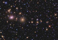 Esta es la parte central del Cúmulo de Perseo. Contiene unas mil galaxias, a 250 millones de años-luz de nuestro planeta. En esta imagen se puede las galaxias que componen parte de la región central del cúmulo. #astronomia #ciencia