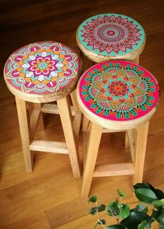 Mandala Bar Stools -- OMG, I definitely need to do this for our old bar stools! - DIY Furniture Projects - Mandala Bar Stools — OMG, I definitely need to do this for our old bar stools! Painted Chairs, Hand Painted Furniture, Funky Furniture, Paint Furniture, Furniture Projects, Furniture Makeover, Home Furniture, Diy Projects, Furniture Dolly