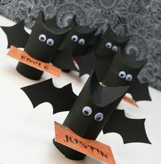 Bat favors for Halloween Décoration Table Halloween, Diy Halloween, Theme Halloween, Bricolage Halloween, Halloween Decorations For Kids, Halloween Favors, Holiday Crafts For Kids, Craft Projects For Kids, Halloween Activities