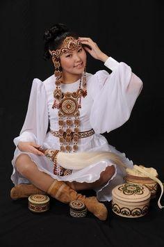 Yakut art&beadwork by Albina Androsova, Yakutia Russia Oriental Fashion, Ethnic Fashion, Retro Fashion, Native American Girls, Native American Pictures, Middle East Culture, Beautiful People, Beautiful Women, Folk Costume