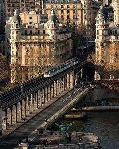 Parijs, Bir Hakeim-brug, het 15e en 16e arrondissement met elkaar verbinden. Het ontleent zijn naam aan een plaats in de Libische woestijn genaamd Bir Hakeim, waar de vrije Franse strijdkrachten in 1942 een heroïsche verdediging voerden tegen de nazi-troepen. Bijzonderheid van de brug, hij is verdeeld over twee verdiepingen, het bovenste gedeelte maakt het mogelijk om de Seine over te steken met metrolijn 6, het onderste gedeelte is gereserveerd voor auto's en voetgangers. Paris Secret, Parisian Architecture, Hello France, Special Pictures, Belle Villa, Paris City, World View, Champs Elysees, Beautiful Places In The World
