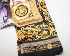 Elegantná dámska hodvábna šatka v zlato-čiernom vzore