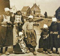 Fisherchildren in Marken (Holland, ca 1903). Photographer unknown...