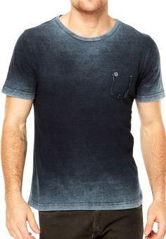 Esta camiseta azul. pienso llevar la camiseta frequentemente. Me gusta la camiseta más que un camisa. La camiseta queda mal. Mens Polo T Shirts, Funny Tee Shirts, Boys Shirts, Stylish Men, Men Casual, Denim Tees, Masculine Style, Model Outfits, Casual T Shirts