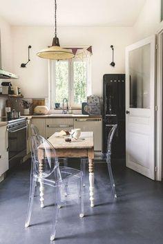 Table ancienne et chaises design dans la cuisine - Jolie maison de famille près de Paris - CôtéMaison.fr