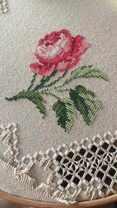 Lovely floral/roses cross stitch embroidered tablecloth in linen from Sweden Cross Stitch Love, Cross Stitch Flowers, Cross Stitch Designs, Cross Stitch Patterns, Diy Embroidery, Cross Stitch Embroidery, Embroidery Patterns, Ribbon Work, Le Point