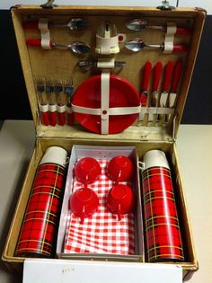 a vintage tartan picnic set - perfect! Vintage Picnic Basket, Vintage Lunch Boxes, Picnic Baskets, Vintage Cabin, Vintage Love, Retro Vintage, Picnic Set, Picnic Time, Vintage Trailers