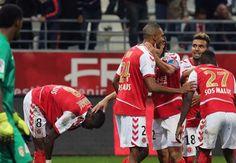 Agen Bola - David N'Gog berhasil mengangkat Stade de Reims ke peringkat ke-3 klasemen La Liga setelah gol tunggalnya membawa kemenangan Reims atas Lille OSC.