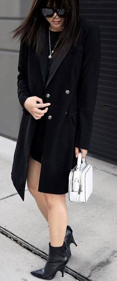 black outfit + white bag