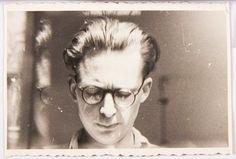 """Andrzej Wróblewski, """"Autoportret z odbiciem w szybie"""", ok. 1950, fotografia czarno-biała 5,2 x 8,4 cm, fot. dzięki uprzejmości Fundacji Andrzeja Wróblewskiego"""