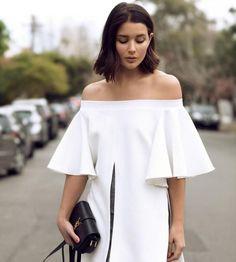 Топы, платья и юбки с пышными оборками – один из главных трендов лета. Создавая их, дизайнеры черпали вдохновениев греческом стиле, традиционных испанских костюмах и морской теме.  Модная актуально…