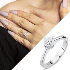 Verlobungsring 750/18 K Weissgold mit Diamant 0.40 ct H/si Die beste Zeit soll mit einem überragenden Ring beginnen. Filigran gefertigt und in feinem 18 Karat Weissgold gehüllt, ist dieser Verlobungsring leicht und auffallend zugleich. Auf der sich verjüngenden Schiene thront in einer 4-Griff-Fassung der 0.40 ct. Diamant im Brilliantschliff und bildet die glitzernde Krönung. Die zusätzlich polierte Ring Oberfläche rundet das aufregende Erscheinungsbild ab. Die polierte Ringoberfläche rundet… 1 Karat, Ring Verlobung, Engagement Rings, Jewelry, Fashion, Princess Cut, Engagement Ring, Watches, Ring