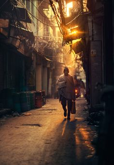 Bangladesh-based photographer Ashraful Arefin offers us a stroll through the streets of Delhi, which he had the chance to survey in and more specifically Cityscape Photography, City Photography, Martin Parr, William Eggleston, Instagram Look, Summer Family Pictures, India Street, Perspective Photography, Nature Photography
