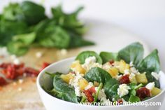 Baby-Spinatsalat mit Kartoffeldressing, Fetakäse und getrockneten Tomaten