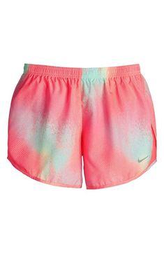Ce short est bleu, rose, orange, et violet. Ce short est à la mode. Il est bon marché parce qu'il coûte 25 dollars.