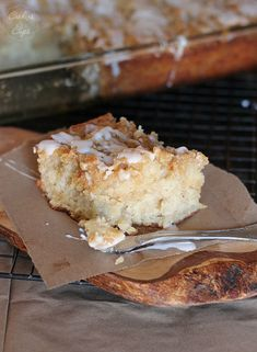 Banana Bread Crumb Cake - Cookies and Cups. Think I would be cutting down that crumb topping though and substituting coconut oil! Banana Bread Recipes, Cake Recipes, Dessert Recipes, Just Desserts, Delicious Desserts, Yummy Food, Yummy Yummy, Fun Food, Delish