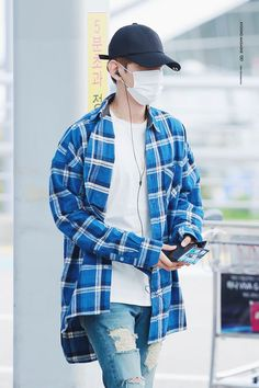 Baekhyun lives under the cruel world of his evil stepmother and stepsisters. With both parents dead Baekhyun has to try and survive this cruel world alone. Kpop Fashion Male, Asian Fashion, Mens Fashion, Street Fashion, K Pop, Kpop Outfits, Fashion Outfits, Guy Outfits, Korean Outfits