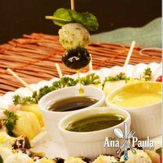 Quer surpreender nos aperitivos de Natal...então sirva saladas no palito!!!  ------------------------------------------- Ingredientes  1 - Queijo de cabra com azeitonas negras: 12 bolinhas de queijo de cabra 12 azeitonas sem caroço 12 folhas de hortelã 12 palitos 10g de gergelim branco para polvilhar  2 - Muçarela de búfala com tomate-cereja e manjericão: 12 bolinhas de muçarela de búfala cortadas ao meio 6 tomates-cereja cortados ao meio 12 folhas de manjericão 12 palitos  3 - Abacaxi com…