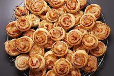 Puff pastry pizza – snails from Lädde Bbq Pizza Recipe, Gourmet Pizza Recipes, Sausage Pizza Recipe, Grilled Pizza Recipes, Vegetarian Pizza Recipe, Deep Dish Pizza Recipe, Chicken Pizza Recipes, Pizza Al Pesto, Margarita Pizza Recipes