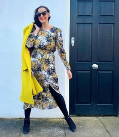 Can you wear leggings after And how to wear leggings to look stylish, young and hip after All your questions are answered here. Sheer Leggings, Black Leggings Outfit, Tribal Leggings, How To Wear Leggings, Best Leggings, Legging Outfits, Printed Leggings, Over 50 Womens Fashion, Fashion Over 40