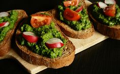 Bread with Spinach Pesto Russian Recipes, Korn, I Love Food, Bruschetta, Chutney, Salmon Burgers, Avocado Toast, Vegan Recipes, Vegan Food