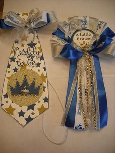 It's A Prince baby shower pin on corsage for the Mommy To Be and a Daddy To Be over the head Tie. It's A Boy Prince Baby Shower CORSAGE and Tie. We h ave Grandma Great Grandma Aunt Sister and Godmother corsages. Distintivos Baby Shower, Baby Shower Gift Bags, Baby Shower Games, Baby Shower Parties, Shower Gifts, Shower Party, Royal Baby Showers, Baby Shower Centerpieces, Blue And Silver