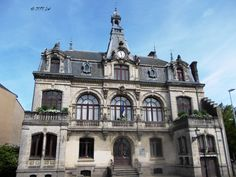 The building of the local townhall in Nantes. The cities in France are usually split between different boroughs, each with its own administrative autonomy. Most old cities host their town halls in classical buildings.