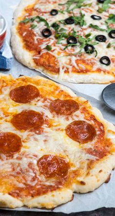 Weight Watchers pizza dough with greek yogurt Make an EASY Pizza Dough with just 2 ingredients. Perfect for dieters - only 12 WW SP for the crust! This tastes just like a normal pizza with zero rising time - no yeast! Weight Watchers Pizza Dough Recipe, Pizza Weight Watchers, Plats Weight Watchers, Ww Pizza Dough Recipe, Healthy Pizza Dough, Low Calorie Pizza Crust Recipe, Yogurt Pizza Dough, No Rise Pizza Dough, Weight Watchers Lunches