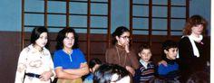 Zesde klassers kijken hier naar toneelgroep Rats. De onderwijzeres is Betsy van Nistelrooy.