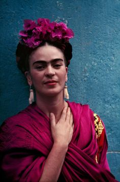For 10 years, photographer Nickolas Muray and artist Frida Kahlo had an affair. During this time, Muray shot a colorful collection of Frida Kahlo photos. Diego Rivera, Frida E Diego, Old Posters, Nickolas Muray, Kahlo Paintings, Selma Hayek, Mexican Artists, Latino Artists, Halloween Kostüm